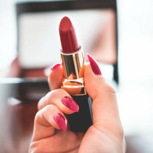 main tenant un rouge à lèvres rouge